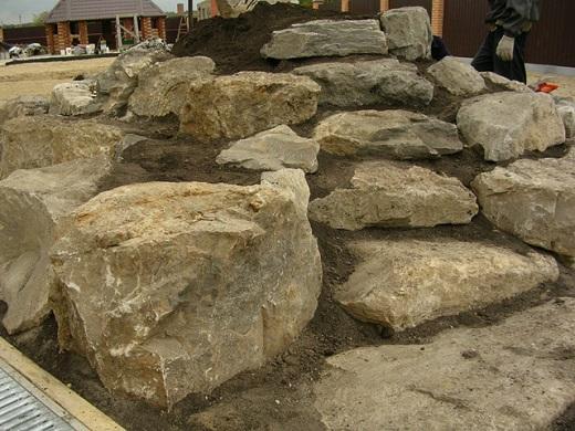 На фото второй этап - установка камней и засыпка плодородной почвой