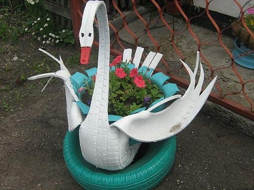 Красивая клумба-кашпо в виде лебедя из шин