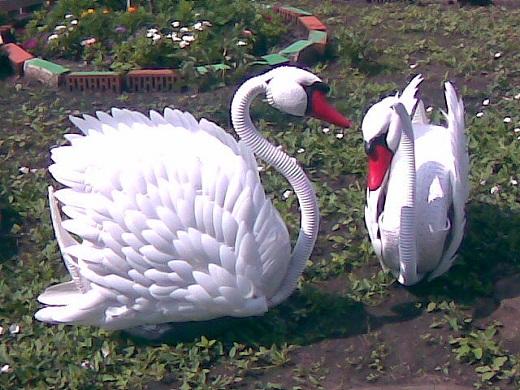 Лебеди, выполненные из шины и пластиковых бутылок