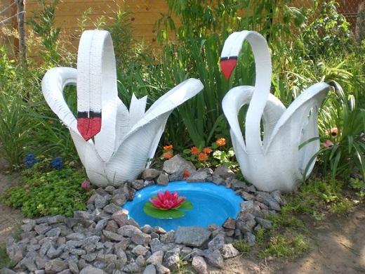 Красивое украшение сада в виде самодельных лебедей из покрышек