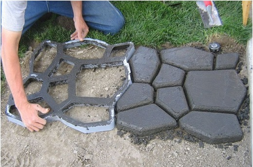 Заливка бетонной дорожки в специальную форму