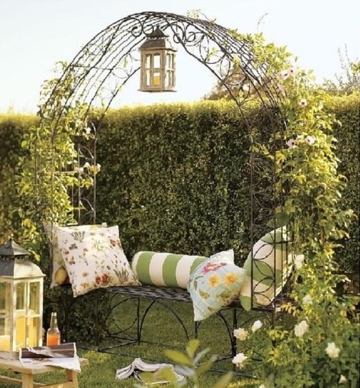 Арка со скамейкой смотрится в саду романтично