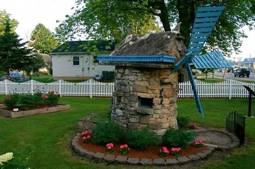 Декоративная мельница украсит пустующее место в саду