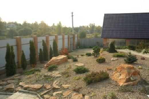 Рокарий на склоне возле частного дома