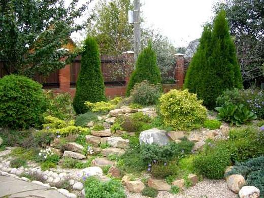 Рокарий из хвойников в частном саду