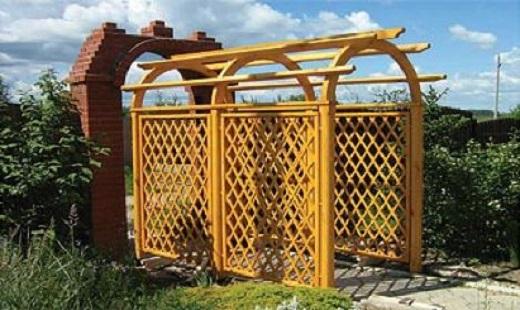 Широкая садовая арка из шпалер